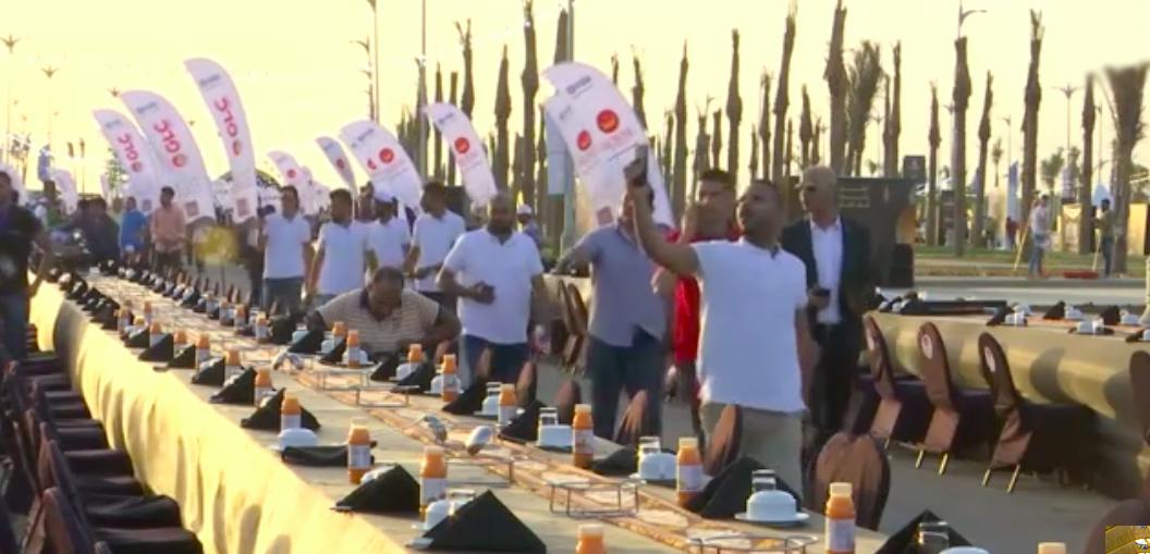 Недалеко от Каира установили рекордно длинный стол в 3 км для празднования окончания Рамадана